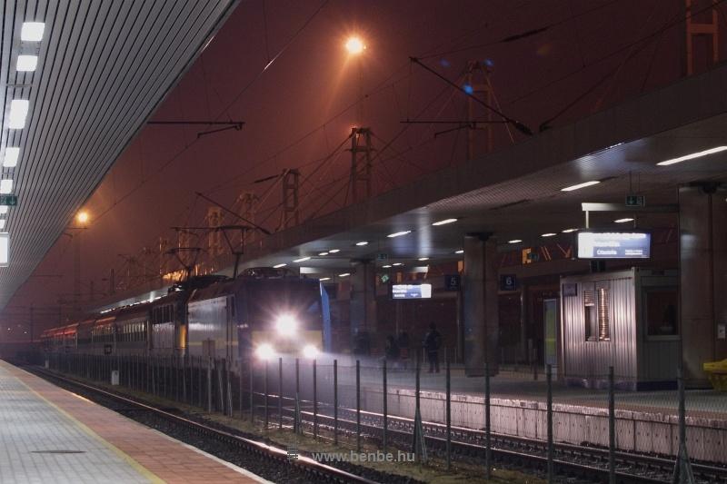 A MÁV-Trakció 480 001-0 pályaszámú Bombardier TRAXX mozdonya a Citadella gyorsvonattal Kelenföld állomáson fotó