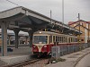 Az TREŽ 411 902-0 Hőlak-Trencsénteplic állomáson a kisvasút peronjánál
