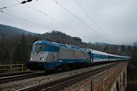 A ČD 380 016-6 egy Metropolitan EuroCity vonattal Dömösi átkelés és Zebegény között a viadukton