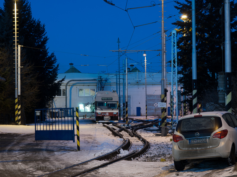 A ŽSSK TEŽ 425 951-1 Poprád-Felka állomáson a Tátrai Villamos depójában fotó