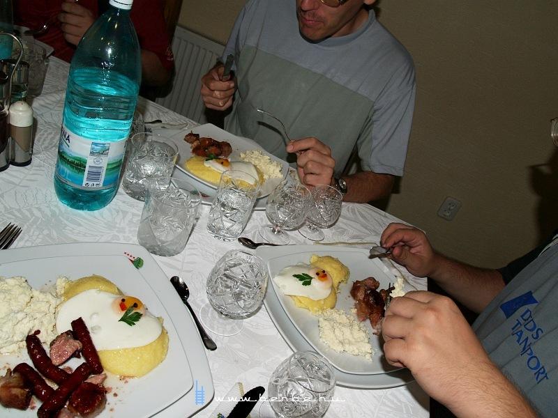 A vacsora egyik fogása a Popas Bucovina Hotel Sucevitában fotó