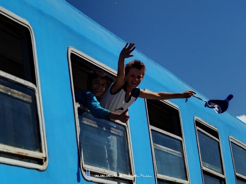 A gyorsvonat utasai itt is nagyon örülnek nekünk fotó