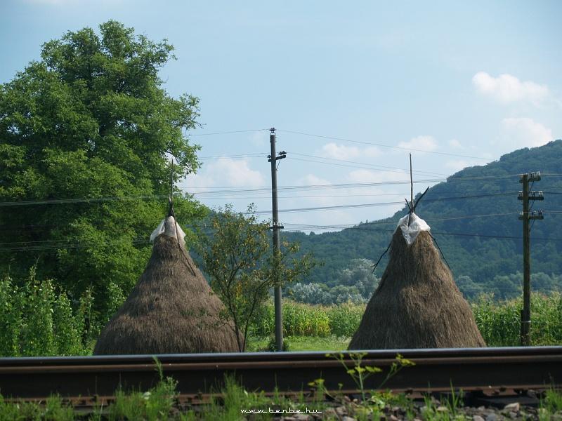 Szalmahalmok az Uzsoki-hágóra menõ vasút mentén fotó