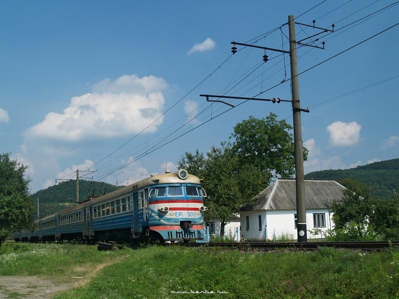 ER2 305 halad el a pár kilométerrel Perecsény fölött álló parasztház mellett fotó