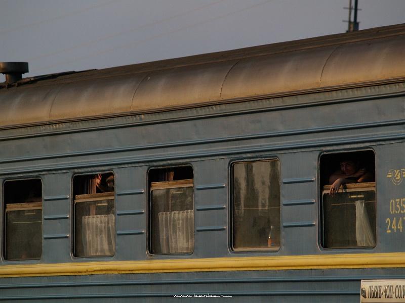 Integetõ emberek a lembergi gyorsból fotó