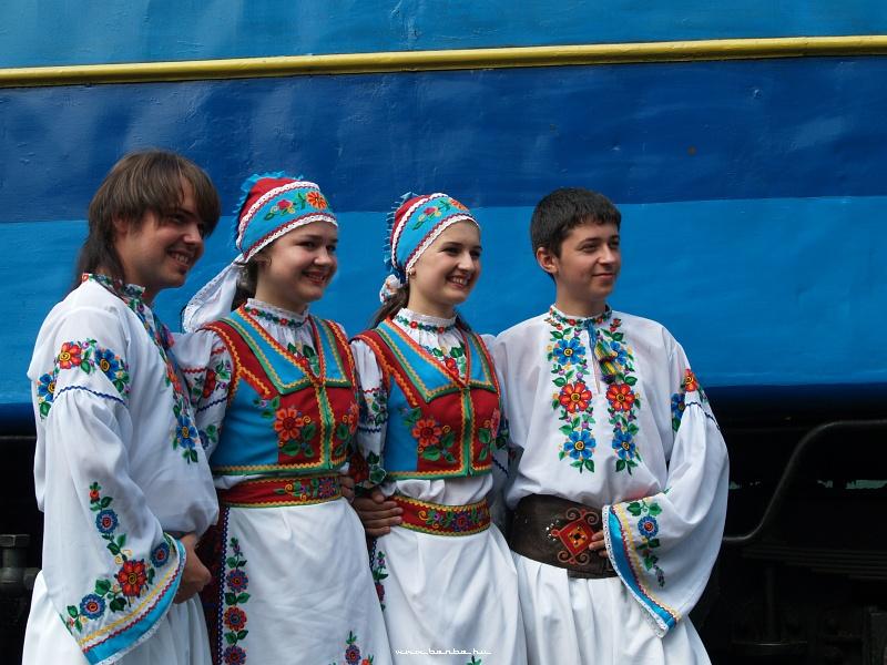 Táncosok a mozdony elõtt fotó