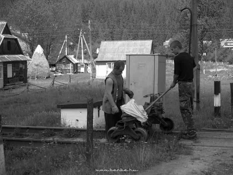 Jaremcsa elõtt pályamunkások jönnek fotó