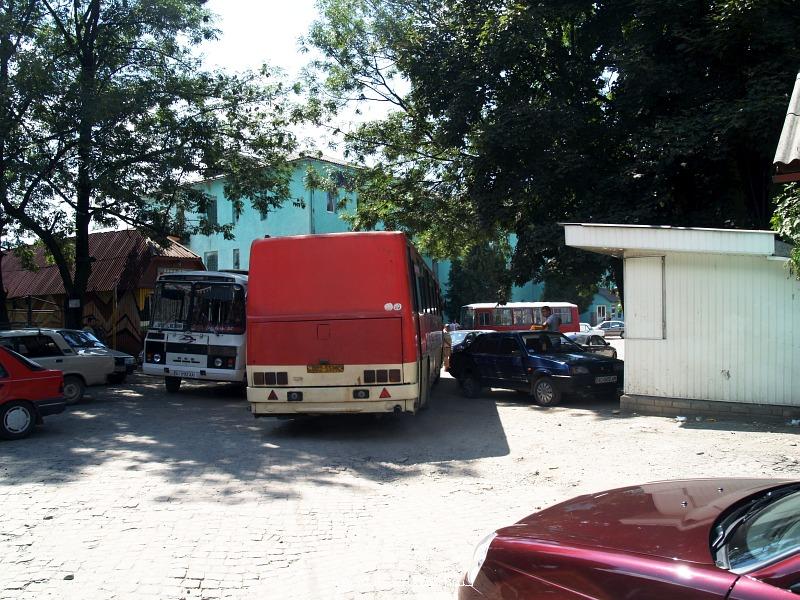 Ikarus távolsági busz és egy Gaz mini a rahói buszállomáson fotó