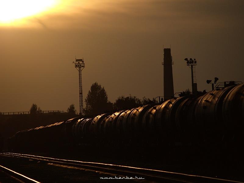 Tehervonat a naplementében Kolomijában fotó