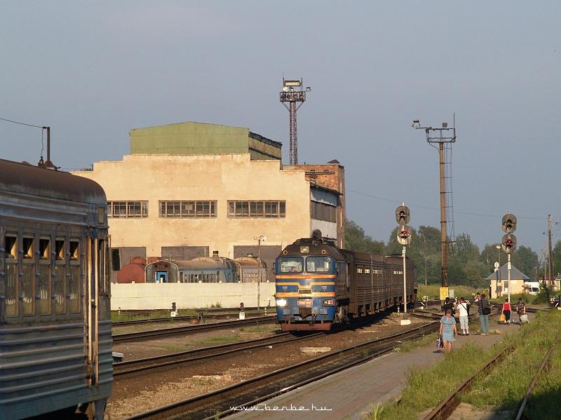 DPL1-002 és 2M62-1051 Kolomija állomáson fotó