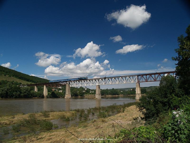 2M62-1114 egy DPL-vonattal a Zaliscsiki Dnyeszter-hídon fotó