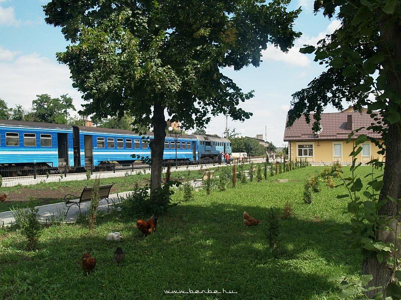 Zaliscsiki állomás DPL motorvonattal és legelészõ tyúkokkal fotó