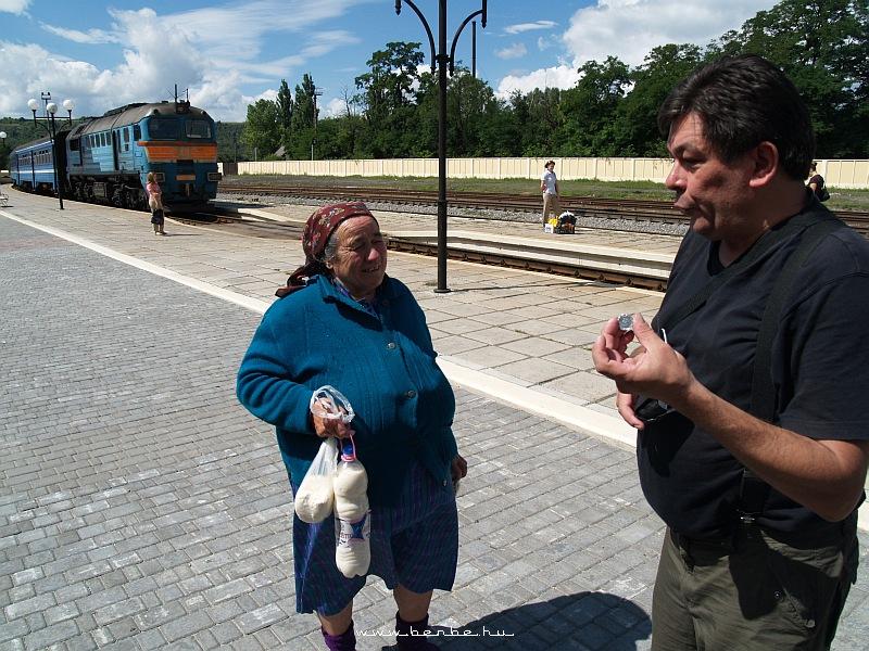 A mindig vállalkozó kedvû Miklós piaci maradékot vásárol Zaliscsiki állomáson fotó