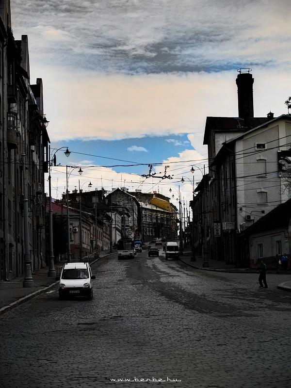 Különlegesen szûrõzött kép az állomás környéki negyedbõl Csernovic belvárosába vezetõ igen meredek utcáról fotó