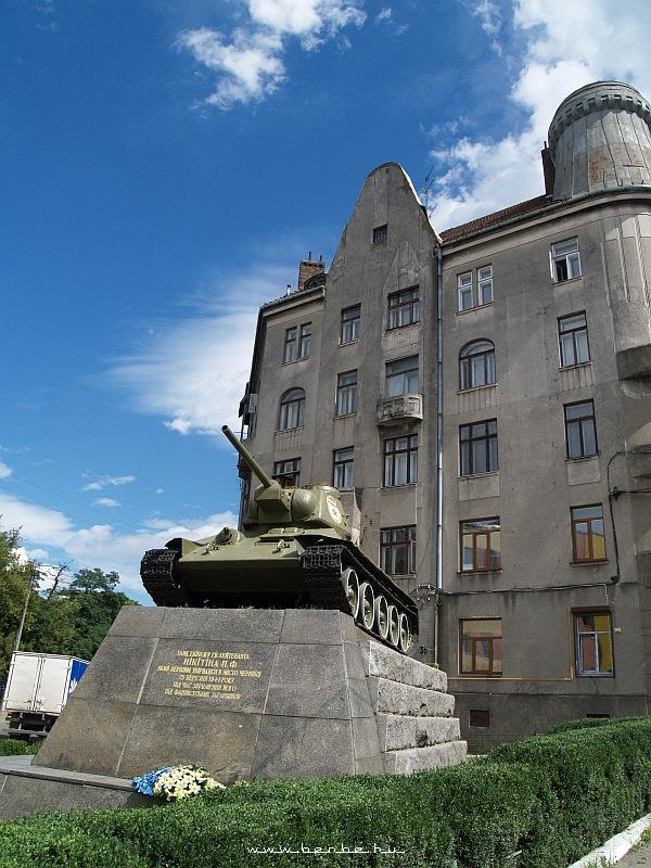 Tank Csernovicban fotó