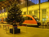 The 6342 013-7 at Nyugati with a christmas tree
