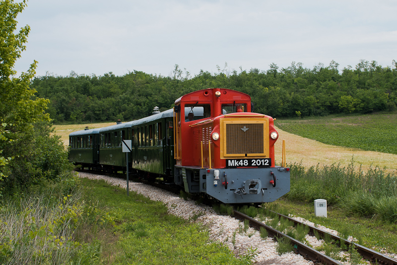 A Vál-völgyi Kisvasút Mk48 2012 Puskás Akadémia és Felcsút között fotó