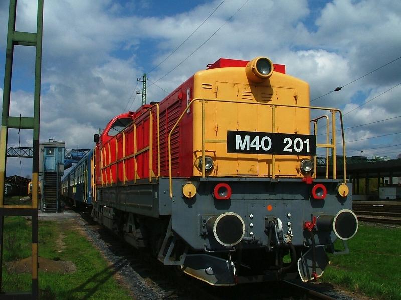 A frissen fényezett M40 201 Hatvanban fotó
