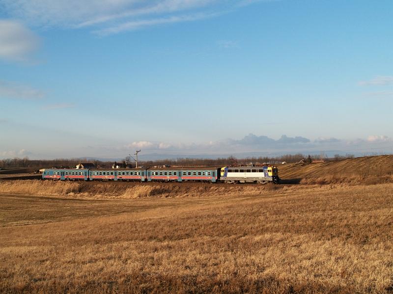 V43 2100 Jászfényszaru elõtt fotó