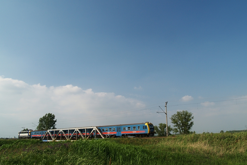 Személyvonat a hatvani Zagyva-hídon fotó