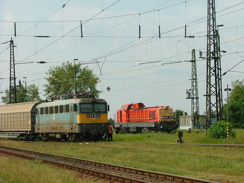 V43 1030 és M40 220 Hatvan-Rendezõben fotó