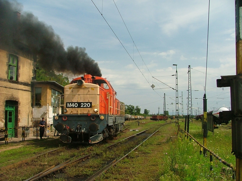 The smoking M40 220 in front of the station building at Hatvan-Rendezõ photo