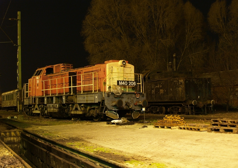The now-scrapped M40 206 at Hatvan by night photo