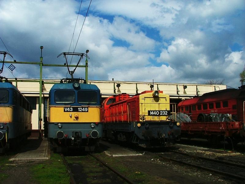 M40 232 és V43 1249 a hatvani fûtõházban fotó