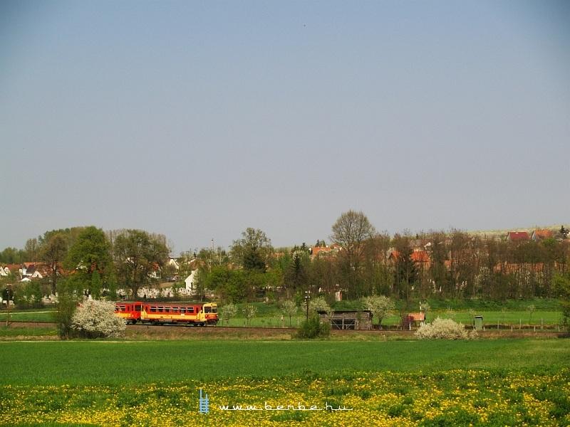 Kis piros motorkocsi száguld Nógrádban fotó