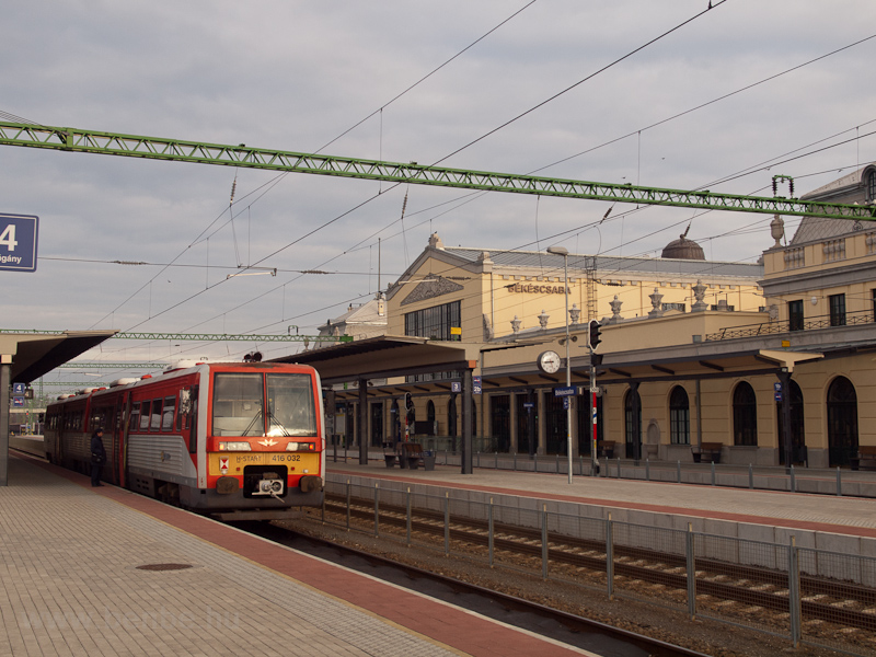 The MÁV-START 416 032  Sprinter/Uzsgyi  railcar seen at Békéscsaba photo