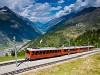 A Gornergratbahn (GGB) Bhe 4/8 3053 Riffelalp és Riffelboden között, miközben lent a völgyben Zermatt városa látható