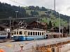 A MOB Be 4/4 1002 Zweisimmen állomáson tolat zúzottkővel töltött dozátoros kocsikkal