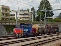 Az SBB Cargo Eem 923 027-7 pályaszámú, bimodális (elektro-dízel) tolatómozdonya Spiez állomáson a tolatós tehervonattal