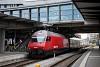 A SBB 460 054-0 Basel SBB állomáson tol egy emeletes InterCity vonatot