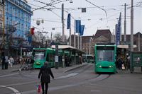 A Basler Verkehrs-Betriebe (BVB) 309 pályaszámú Combino villamosa Basel SBB állomás előtt