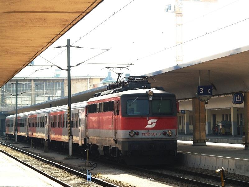 A régi ÖBB-logós 1142 587-3 a régi Wien Westbahnhofon fotó