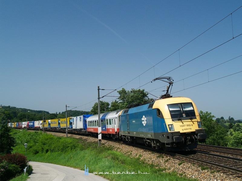 A MÁV-TR 1047 002-9 egy Ro-La vonattal Maria Anzbachnál fotó