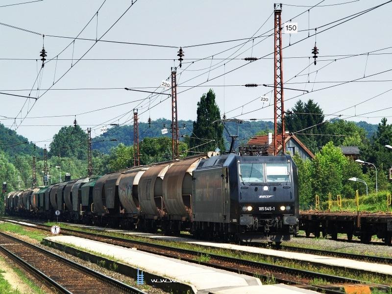 Az MRCE 185 545-1 pályaszámú, kicsit Rail4Chem festésű TRAXX egy tehervonattal Melk állomáson fotó