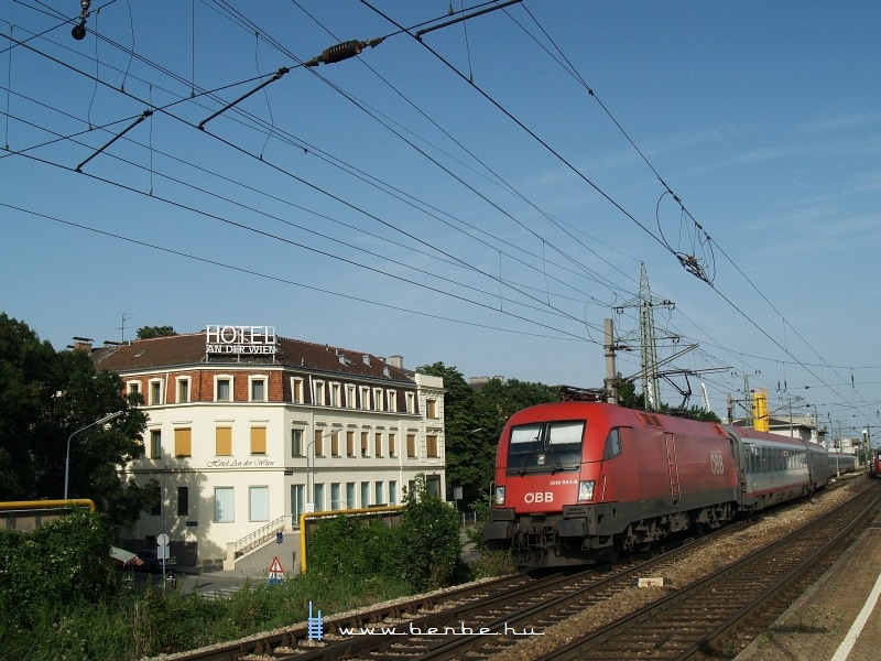 The 1016 044-8 departing from Wien Hütteldorf photo