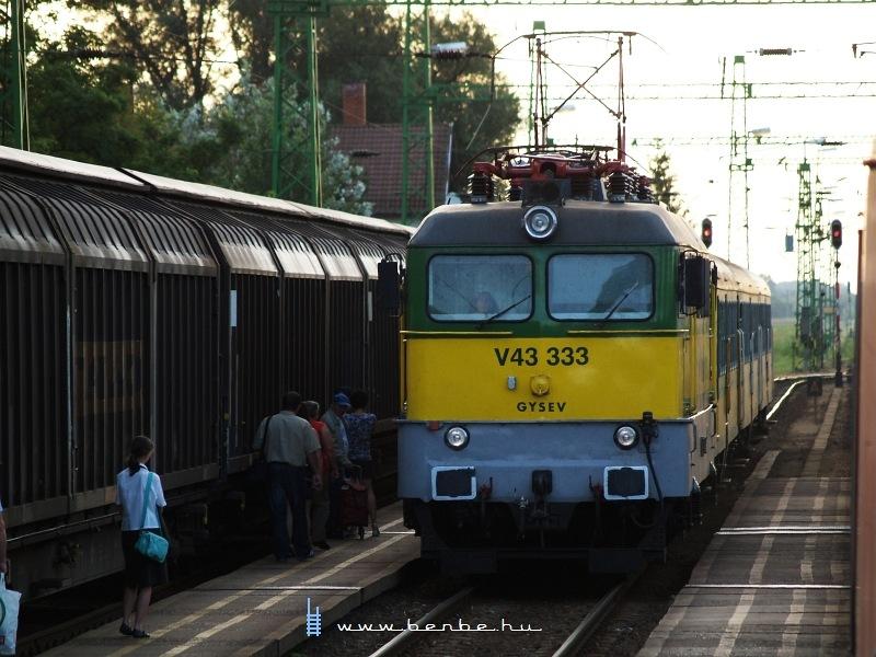 V43 333 személyvonattal Kapuváron fotó