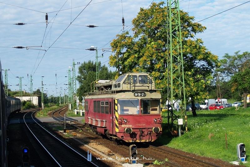 Az MVTV 02-02 pályaszámú szlovák felsővezeték-vizsgáló kocsi a magyarországi Komáromban fotó