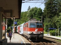 The ÖBB 1142 586-5 is arriving at Eichgraben-Altlengbach