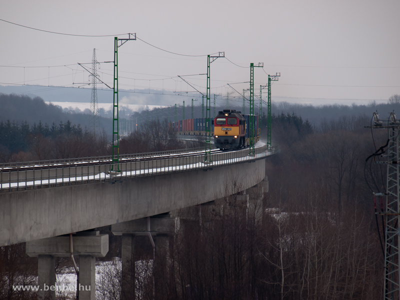The M62 331 with a container train at the viadukt at Nagyrákos photo