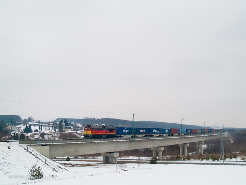 Az M62 331 konténervonattal dübörög végig a nagyrákosi völgyhídon fotó