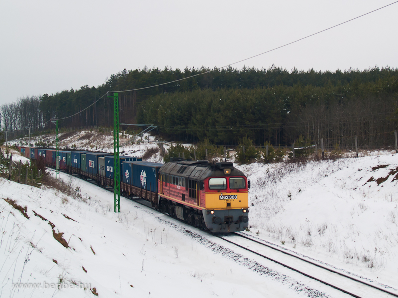 The M62 308 is pulling a container train between Őriszentpéter and Nagyrákos photo