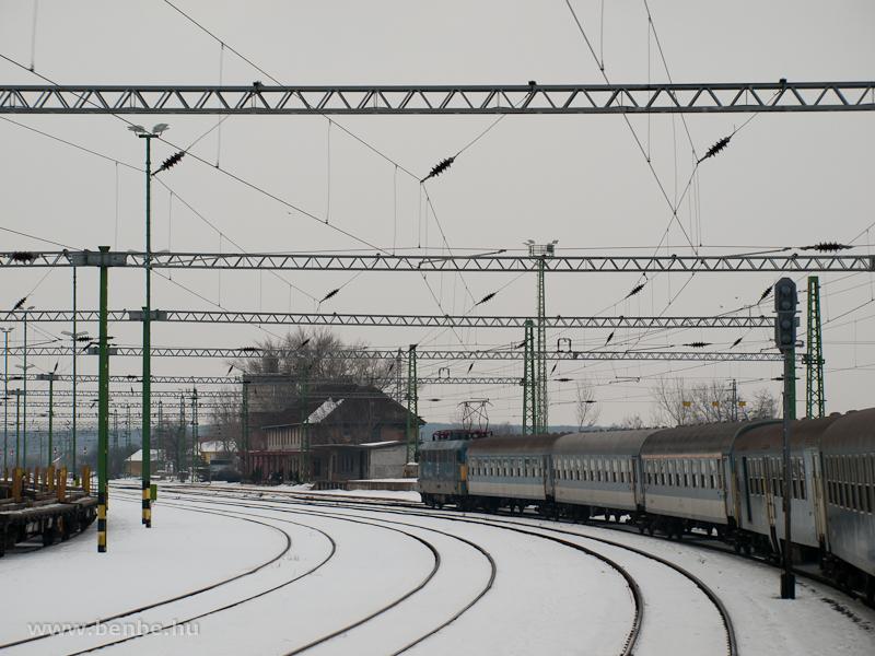 Várpalota állomásra érkezik a 900-as számú gyorsvonat fotó