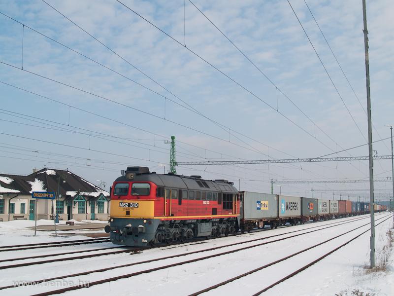 M62 310 egy tehervonattal Őriszentpéteren fotó