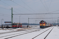 M62 310 egy tehervonattal s Bzmot 408 &#336;riszentpter Hauptbahnhofon