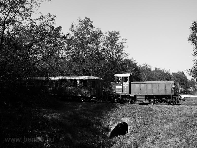 Mk48,2002 vegyesvonattal Martinka és Sámsoni út között egy patakhídon fotó