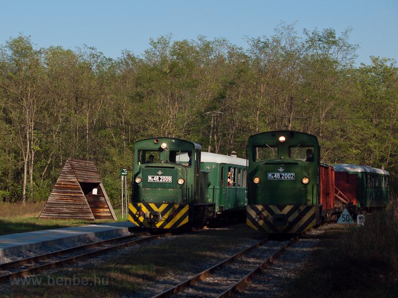 Az Mk48,2002 vegyesvonattal, Mk48,2009 személyvonattal Sámsoni út megálló-rakodóhelyen fotó